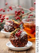 Купить «Итальянский круглый шоколадный торт, украшенный желе, орехами и кокосовой стружкой», фото № 5696259, снято 19 февраля 2019 г. (c) BE&W Photo / Фотобанк Лори