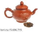 Купить «Китайский глиняные чайник и горсть зеленого чая на белом фоне», фото № 5696715, снято 23 февраля 2014 г. (c) Алексей Карпов / Фотобанк Лори