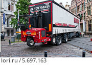 """Фургон """"сдает назад"""" на узкой улочке Гента (2012 год). Редакционное фото, фотограф Алла Вовнянко / Фотобанк Лори"""