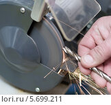 Заточка сверла на электрическом наждаке. Стоковое фото, фотограф Александр Басов / Фотобанк Лори
