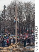 Масленица. Мужчина взбирается на столб (2014 год). Редакционное фото, фотограф Алексей Меньшиков / Фотобанк Лори