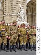 Группа людей в солдатской форме времён Великой Отечественной войны с оружием, историческая реконструкция (2012 год). Редакционное фото, фотограф Anhelina Tarasenko / Фотобанк Лори