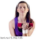 Купить «Темноволосая девушка в фиолетовой майке делает упражнение с гантелями», фото № 5702135, снято 7 марта 2014 г. (c) Tatjana Baibakova / Фотобанк Лори