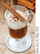 Ирландский кофе в стакане на льняной салфетке. Стоковое фото, агентство BE&W Photo / Фотобанк Лори