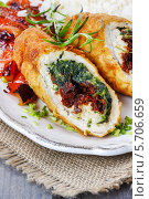 Купить «Куриные роллы заправленные овощами на тарелке с овощами», фото № 5706659, снято 20 июля 2018 г. (c) BE&W Photo / Фотобанк Лори