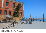 Туристы гуляют вдоль набережной возле морского музея (2013 год). Редакционное фото, фотограф Наталия Пылаева / Фотобанк Лори