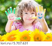 Купить «Симпатичная девочка с руками в цветной краске и жёлтые подсолнухи», фото № 5707631, снято 21 августа 2013 г. (c) yarruta / Фотобанк Лори