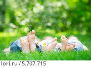 Купить «Семья лежит на траве в парке с ромашками в ногах», фото № 5707715, снято 29 мая 2013 г. (c) yarruta / Фотобанк Лори