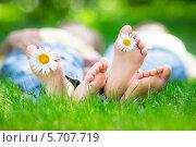 Купить «Парочка отдыхает на траве с ромашками между пальцев ног», фото № 5707719, снято 29 мая 2013 г. (c) yarruta / Фотобанк Лори