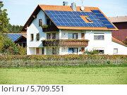Купить «Дом с солнечными батареями на крыше», фото № 5709551, снято 24 октября 2013 г. (c) Дмитрий Калиновский / Фотобанк Лори
