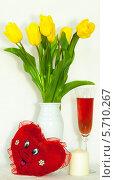 Натюрморт цветы мягкая игрушка и вино. Стоковое фото, фотограф Виктор Шушурин / Фотобанк Лори