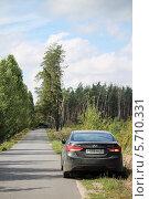 Черный автомобиль на обочине проселочной дороги (2013 год). Редакционное фото, фотограф Дмитрий Романенко / Фотобанк Лори