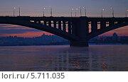 Купить «Движение на мосту через Енисей на закате. Город Красноярск», видеоролик № 5711035, снято 7 февраля 2014 г. (c) Ирина Егорова / Фотобанк Лори