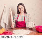 Красивая девушка готовит на кухне. Стоковое фото, фотограф Майя Крученкова / Фотобанк Лори