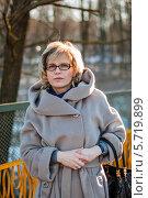Купить «Красивая женщина средних лет на прогулке зимой», эксклюзивное фото № 5719899, снято 10 марта 2014 г. (c) Игорь Низов / Фотобанк Лори