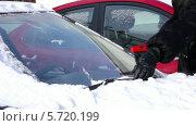 Купить «Чистка машины от снега», видеоролик № 5720199, снято 10 февраля 2014 г. (c) Иван Артемов / Фотобанк Лори