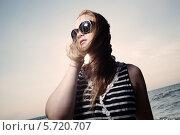 Купить «Девушка говорит по телефону у моря», фото № 5720707, снято 31 июля 2013 г. (c) Данил Руденко / Фотобанк Лори