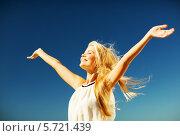 Купить «Красивая девушка улыбается, раскинув руки на фоне голубого неба», фото № 5721439, снято 19 июня 2013 г. (c) Syda Productions / Фотобанк Лори