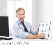 Купить «Бизнесмен сосредоточенно работает в офисе», фото № 5721779, снято 9 июня 2013 г. (c) Syda Productions / Фотобанк Лори