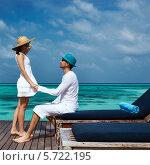 Парень и девушка в белых одеждах на деревянном пирсе, Мальдивы. Стоковое фото, фотограф Николай Охитин / Фотобанк Лори