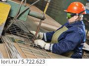 Рабочий управляет машиной точечной сварки. Стоковое фото, фотограф Дмитрий Калиновский / Фотобанк Лори