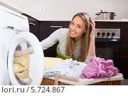 Купить «Домохозяйка кладет белье в стиральную машину», фото № 5724867, снято 28 февраля 2014 г. (c) Яков Филимонов / Фотобанк Лори