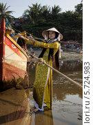 Купить «Девушка в порту», фото № 5724983, снято 19 января 2014 г. (c) макаров виктор / Фотобанк Лори