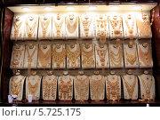 Купить «Ювелирные изделия на витрине. Золотой рынок. Город Дубаи, ОАЭ», эксклюзивное фото № 5725175, снято 23 февраля 2014 г. (c) Яна Королёва / Фотобанк Лори