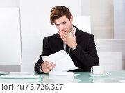 Купить «Мужчина в шоковом состоянии читает письмо», фото № 5726327, снято 19 октября 2013 г. (c) Андрей Попов / Фотобанк Лори