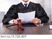 Купить «Судья зачитывает документ», фото № 5726407, снято 19 октября 2013 г. (c) Андрей Попов / Фотобанк Лори