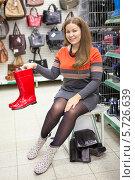 Купить «Женщина покупает резиновые сапоги в магазине», фото № 5726639, снято 14 февраля 2014 г. (c) Кекяляйнен Андрей / Фотобанк Лори