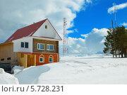 Зимний пейзаж с домиком, облаками  и вышкой сотовой связи. Стоковое фото, фотограф Agnes Chvankova / Фотобанк Лори