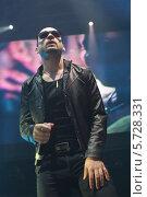 Купить «Вокалист музыкальной группы выступает на сцене с микрофоном», фото № 5728331, снято 30 марта 2013 г. (c) Losevsky Pavel / Фотобанк Лори