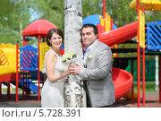 Купить «Молодожены в летнем парке рядом с березой», фото № 5728391, снято 10 мая 2013 г. (c) Losevsky Pavel / Фотобанк Лори