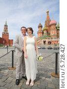 Купить «Жених и невеста на Красной площади. Москва», фото № 5728427, снято 10 мая 2013 г. (c) Losevsky Pavel / Фотобанк Лори