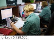 Купить «Четыре женщины в офисе таможни 28 февраля 2013 г.  Москва, Россия», фото № 5728535, снято 28 февраля 2013 г. (c) Losevsky Pavel / Фотобанк Лори