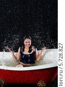 Купить «Смеющаяся девушка в мокрой майке сидит в ванной в брызгах воды, на черном фоне», фото № 5728827, снято 4 марта 2013 г. (c) Losevsky Pavel / Фотобанк Лори