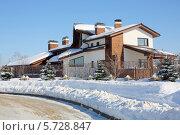 Купить «Красивый двухэтажный дом и деревья зимой», фото № 5728847, снято 5 марта 2013 г. (c) Losevsky Pavel / Фотобанк Лори