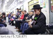 Купить «Музыкант в шляпе играет на гитаре в метро», фото № 5728871, снято 7 апреля 2013 г. (c) Losevsky Pavel / Фотобанк Лори