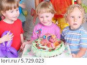 Купить «Дети с тортом на праздновании Дня Рождения», фото № 5729023, снято 16 мая 2013 г. (c) Losevsky Pavel / Фотобанк Лори