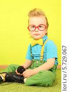 Купить «Маленький мальчик в очках с микрофоном», фото № 5729067, снято 10 марта 2013 г. (c) Losevsky Pavel / Фотобанк Лори