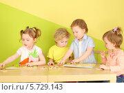 Купить «Четыре ребенка играют в настольные игры», фото № 5729143, снято 10 марта 2013 г. (c) Losevsky Pavel / Фотобанк Лори