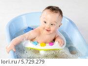 Купить «Ребенок купается в ванной с игрушками», фото № 5729279, снято 14 апреля 2013 г. (c) Losevsky Pavel / Фотобанк Лори