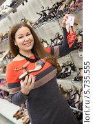 Купить «Девушка выбирает летние босоножки в магазине», фото № 5735555, снято 14 февраля 2014 г. (c) Кекяляйнен Андрей / Фотобанк Лори