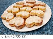 Купить «Берлинское печенье на тарелке», эксклюзивное фото № 5735951, снято 15 марта 2014 г. (c) Dmitry29 / Фотобанк Лори