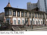 Старинный деревянный дом на улице Ленина. Город Улан-Удэ (2014 год). Редакционное фото, фотограф Анна Зеленская / Фотобанк Лори