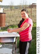 Купить «Девушка моет руки в умывальнике на даче», фото № 5737103, снято 22 марта 2014 г. (c) Ольга Марк / Фотобанк Лори