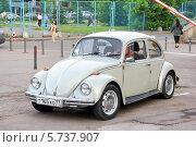 Купить «Автомобиль Volkswagen Beetle», фото № 5737907, снято 2 июня 2013 г. (c) Art Konovalov / Фотобанк Лори