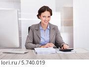Купить «улыбающаяся деловая женщина на рабочем месте», фото № 5740019, снято 20 октября 2013 г. (c) Андрей Попов / Фотобанк Лори