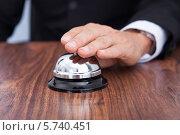 Купить «Бизнесмен нажимает на звонок», фото № 5740451, снято 10 ноября 2013 г. (c) Андрей Попов / Фотобанк Лори